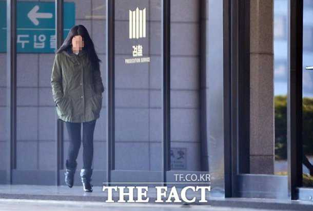 Phóng viên Hàn Quốc ghi lại hình ảnh nữ ca sĩ Hàn Quốc bị triệu tập điều tra vì nghi ngờ bán dâm