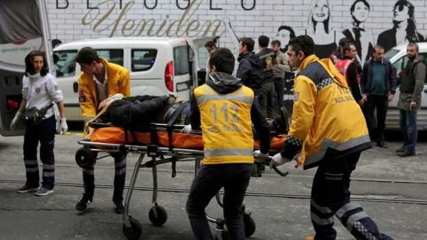 Nhân viên y tế đưa người bị thương tới xe cứu thương tại hiện trường vụ nổ ở Istanbul hôm 19/3