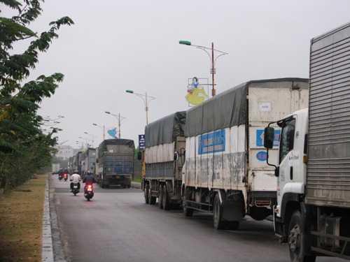 Hàng chục xe tải và container chở trang thiết bị phục phụ đoàn làm phim. Ảnh: Minh Cương.