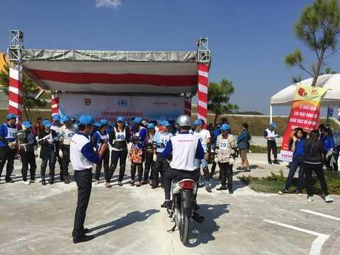 Đoàn viên thanh niên TP. Đà Lạt (tỉnh Lâm Đồng) được tập huấn kỹ năng lái xe an toàn dưới sự hướng dẫn của chuyên gia từ Honda