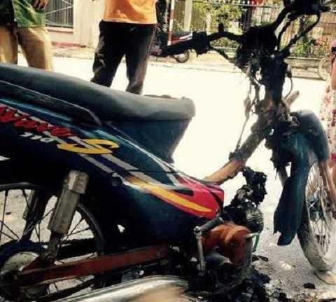 Chiếc xe máy được dập tắt lửa tại hiện trường