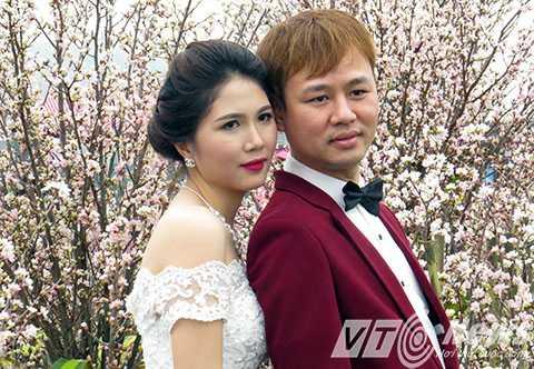 Đôi uyên ương cũng tranh thủ đến chụp ảnh cưới tại Lễ hội bên 'rừng' Hoa Anh Đào