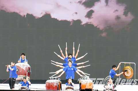 Các diễn viên, nghệ sỹ đến từ Nhật Bản đang tập duyệt để chuẩn bị cho biểu diễn trong buổi khai mạc tối 18/3