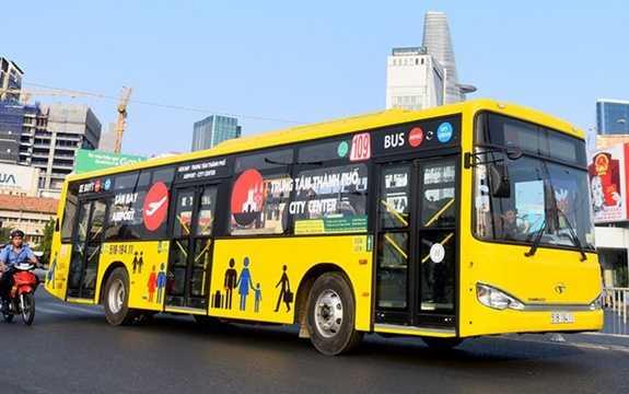 Xe buýt loại này sơn màu vàng nổi bật, khác biệt so với màu xanh thông thường của xe buýt cũ TP HCM. Hệ thống được xây dựng và hoạt động với tiêu chí hướng đến tiêu chuẩn 5 sao. (Ảnh: zing.vn)