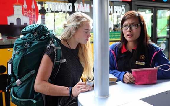 Nhân viên phục vụ tuyến 109 được đào tạo cung cách phục vụ và phải có kỹ năng giao tiếp bằng ngoại ngữ vì lượng khách từ sân bay vào trung tâm TP phần lớn là khách nước ngoài (Ảnh: Thanh Niên)