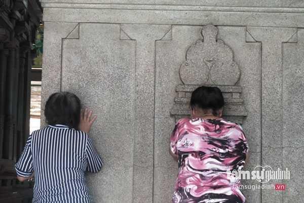 Những người phụ nữ đang chuyện trò cùng tường đá...