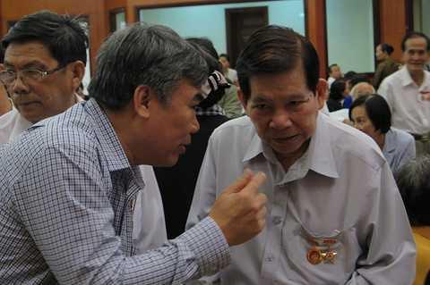 Nguyên Chủ tịch nước Nguyễn Minh Triết (phải) trò chuyện với đại biểu tại lễ kỷ niệm - Ảnh: Trung Hiếu
