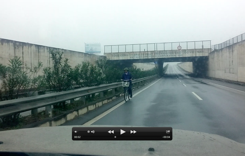 Xe đạp đối đầu ô tô trên cao tốc - Ảnh chụp màn hình