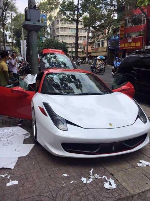 Siêu xe Ferrari 458 Italia được các thợ Sài thành thay áo ngay trên vỉa hè.