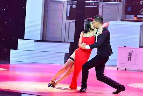 Hồng Quế rời bỏ hình tượng đối lập giữa đen và trắng trong bài thi tuần trước để cùng với bạn nhảy Kristian mang đến phong cách cực quyến rũ với điệu nhảy Tango Argentina khi hóa thân thành cặp đôi Smith.