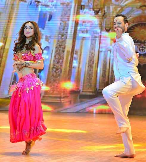 Jennifer Phạm khoe eo thon sexy trong màn tái hiện lại hình tượng nhân vật 'Cô dâu 8 tuổi' qua điệu nhảy Chacha và Bollywood đầy sôi động và cuốn hút.