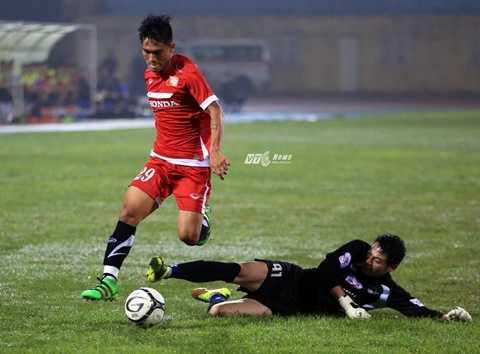 Hoàng Thiên trong tình huống vượt qua thủ môn để Công Vinh ghi bàn (Ảnh: Phạm Thành)