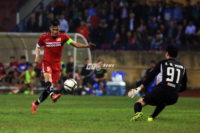 Công Vinh bấm bóng qua đầu thủ môn Than Quảng Ninh (Ảnh: Phạm Thành)