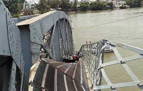Các nạn nhân bị rơi xuống sông, xe máy còn trên cầu (Ảnh: Bạn đọc Nguyen/ Zing.vn)