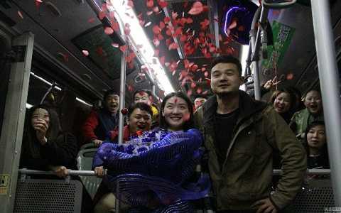 Anh Li Chong đã cầu hôn bạn gái ngay trên chiếc xe bus nơi hai người gặp nhau 6 năm về trước