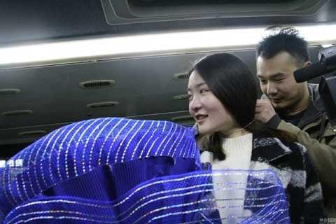 Anh Li Chong đeo tặng sợi dây chuyền cho bạn gái để minh chứng tình yêu của hai người
