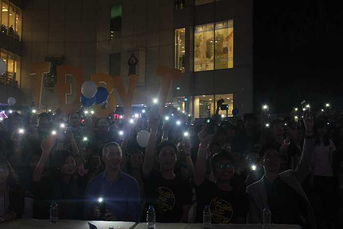 Hàng nghìn bạn trẻ đã tham gia Lễ hội Tắt đèn để hưởng ứng Giờ Trái đất.
