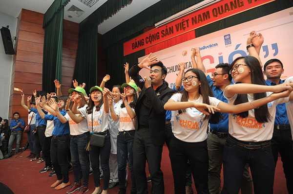Ca sỹ Minh Quân giao lưu cùng các bạn sinh viên.