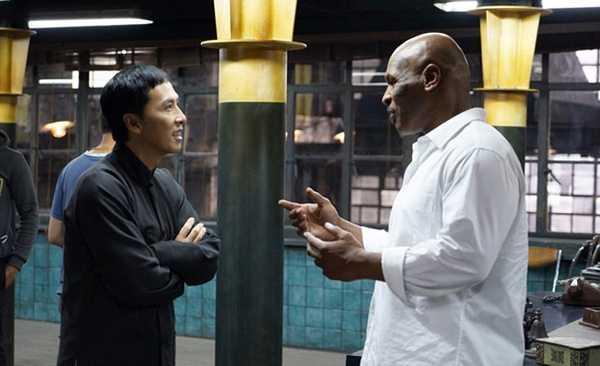 Chân Tử Đan và Mike Tyson trò chuyện trên trường quay.