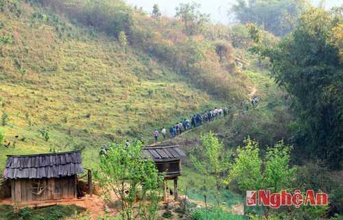 Nhân lực mới được UBND huyện Kỳ Sơn điều động, di chuyển vào các địa điểm cháy để dập lửa.