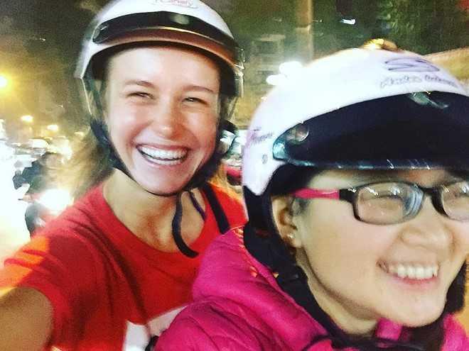 Nữ diễn viên đoạt giải Oscar Brie Larson – nữ chính của Kong: Skull Island mới đây khoe bức ảnh dạo phố buổi tối bằng xe máy ở Việt Nam trên trang cá nhân. Nữ diễn viên 26 tuổi ngồi sau tay lái của một fan Việt, cười rạng rỡ và cho biết 2 người đang trên đường đi thưởng thức món ăn đường phố.