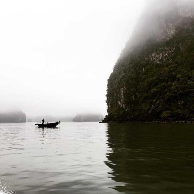 Cách đây vài tiếng đồng hồ, nam diễn viên Corey Hawkins chia sẻ bức ảnh phong cảnh vịnh Hạ Long trong thời tiết sương mù dày đặc. Trên vịnh là một người đang chèo thuyền.