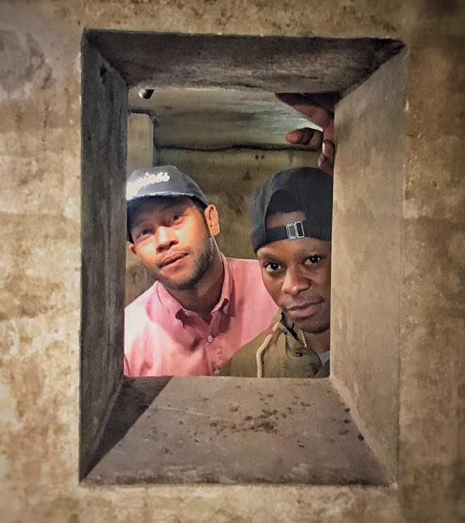 Corey và đồng nghiệp Jason Mitchell ghi lại hình ảnh ở những nơi mình đã qua.
