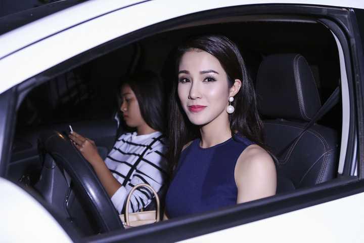 """Nữ diễn viên """"Con ma nhà họ Vương"""" diện trang phục kín đáo, thanh lịch khi dẫn chương trình trên sóng truyền hình."""