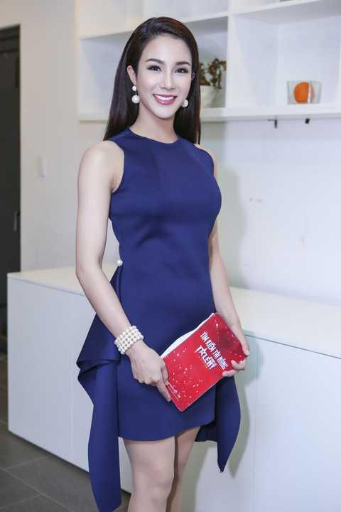 Xuất hiện tại hậu trường, Diệp Lâm Anh vô cùng xinh đẹp khi diện trang phục kín đáo đầy thanh lịch. Cô luôn tranh thủ ôn lại kịch bản để không bị gặp những lỗi như tuần đầu tiên lên sóng.