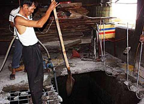 Hầm nước thải, nơi người chồng phi tang xác vợ. Ảnh: T.V