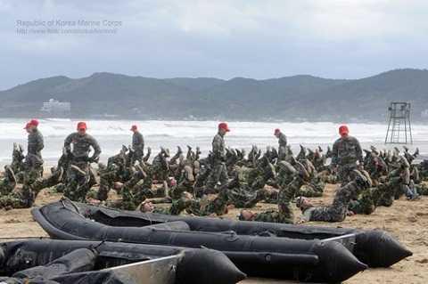 Lực lượng lính thủy đánh bộ tập thể lực trên bờ biển