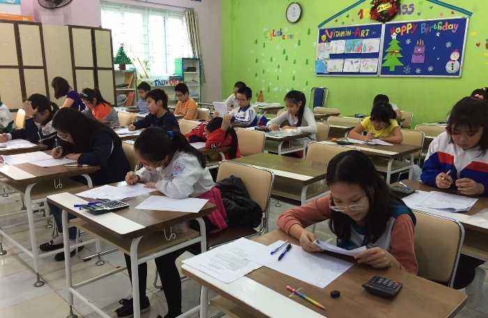 Học sinh nghiêm túc trong phòng thi.