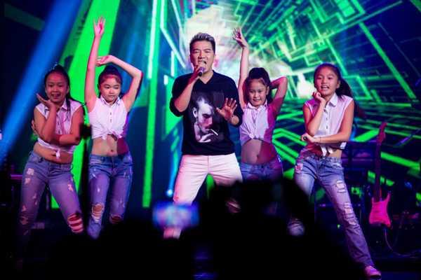 'Ông hoàng nhạc Việt' trình diễn một số ca khúc để tặng các học trò và phụ huynh.
