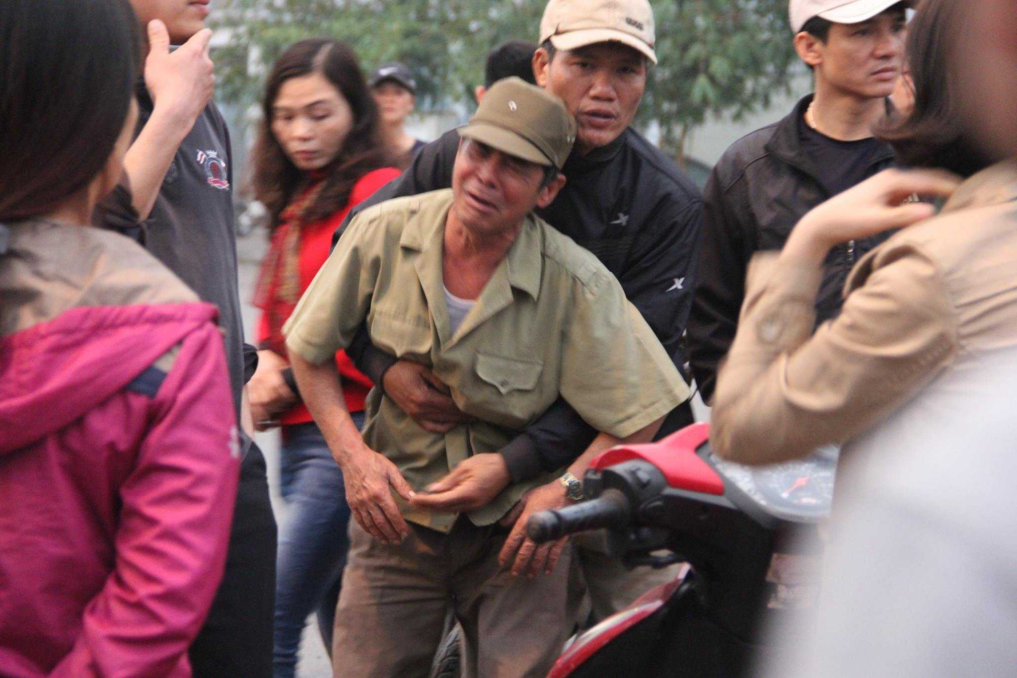 Người ông đến nhận thi thể cháu nội và con dâu sau vụ nổ ở Văn Phú, Hà Đông không còn đứng vững