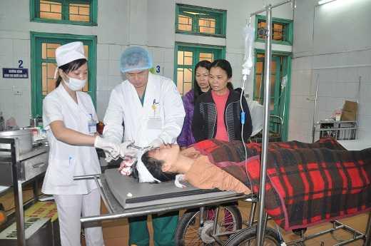 Bác sỹ BV Đa khoa Hà Đông cấp cứu cho nạn nhân vụ nổ ở khu đô thị Văn Phú.