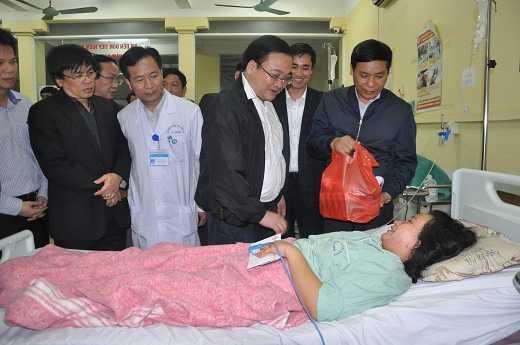Bí thư Thành ủy Hà Nội Hoàng Trung Hải thăm 4 bệnh nhân trong vụ nổ tại khu đô thị Văn Phú