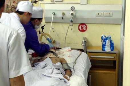Nạn nhân Nguyễn Thị Lệ đang cấp cứu tại bệnh viện 103