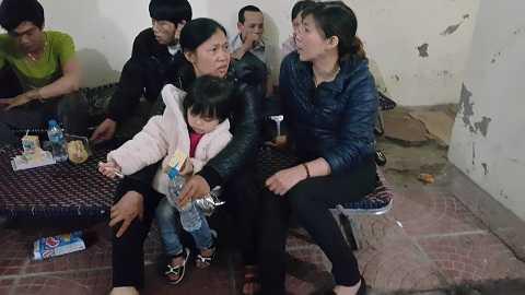 Đứa con của chị Lệ được người thân mang vào thăm mẹ