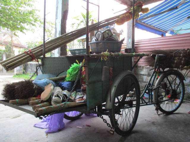 Nguồn sống của gia đình Sơn phụ thuộc vào cái xe ba gác mà bố mẹ em dùng làm phương tiện đi bán chổi, tăm trẻ. Từ ngày Sơn gặp nạn cái xe nằm im trong góc nhà.