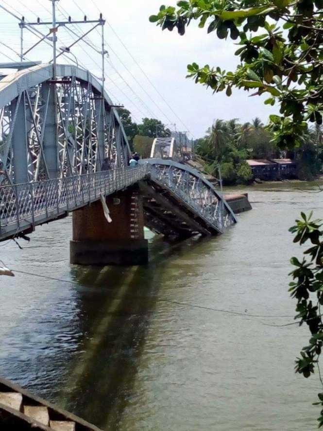 Hiện trường sập cầu Ghềnh (ảnh: bạn đọc Viet Phuong/TTO)
