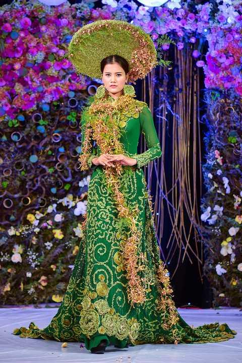 Trên sân khấu sự kiện truyền thống, nữ người mẫu trưởng thành từ Vietnam's Next Top Model 2015 kiêu sa trong bộ áo dài họa tiết hoa tươi do các chuyên gia về hoa sáng tạo. Sau phần giới thiệu các tác phẩm của thí sinh, nhà thiết kế hoa Cao Sơn trình làng 6 bộ áo dài do chính anh thiết kế và tự tay kết hoa.
