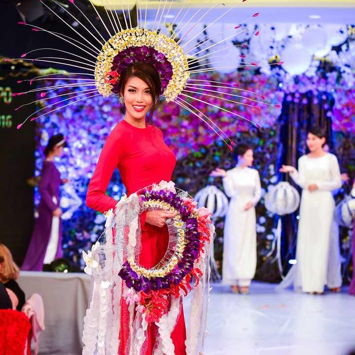 Vừa qua, hội thi kết hoa trên áo dài, thuộc khuôn khổ Lễ hội Áo dài TP HCM lần thứ 3, diễn ra tại TP HCM. Chương trình diễn ra với sự góp mặt của 25 thí sinh trong và ngoài nước tranh tài. Các sản phẩm áo dài kết hoa được trình diễn trên sân khấu bởi các người mẫu Việt. Dựa vào yếu tố sáng tạo, ý nghĩa, đi sát với chủ đề truyền thống, ban giám khảo chọn ra người thắng cuộc