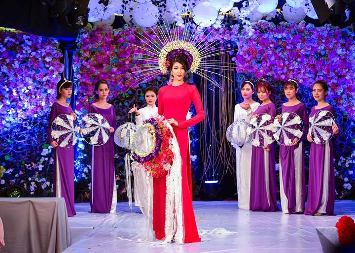 Tham gia vào thành phần ban giám khảo có nhà thiết kế hoa Cao Sơn. Anh là một trong những chuyên gia về hoa có uy tín tại TP HCM. Ngoài vai trò chấm thi, nhà tạo mốt hoa còn mang đến bộ sưu tập áo dài kết hoa độc đáo