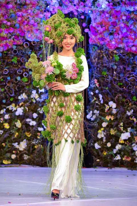 Trên nền vải lụa, chiffone, fafta, nhung... anh sáng tạo họa tiết trải từ thân áo, tay áo đến tà áo bằng họa tiết hoa tươi nhiều màu sắc, nhưng vẫn đảm bảo tính truyền thông và không mất đi nét riêng của các dài hồn Việt.