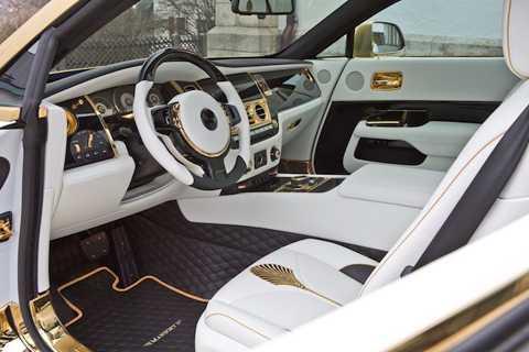 Bên trong nội thất, tông màu   chính được Mansory sử dụng vẫn là vàng và trắng. Trong đó, toàn bộ các   chi tiết ốp kim loại trên xe đã được mạ vàng nhưng có bề mặt bóng lộn,   tương phản với màu vàng nhám bên ngoài xe.