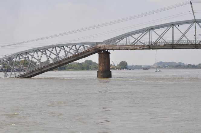 Cầu Ghềnh bị sà lan đâm sập (ảnh: bạn đọc Nguyen Trong Hieu/TTO)