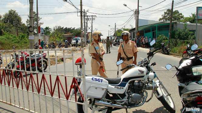 Cảnh sát giao thông phong tỏa hai đầu cầu Ghềnh - Ảnh: Xuân An