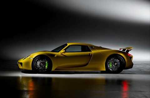 Xe được trang bị động cơ 4.6l V8 608 mã lực, kết hợp với 2 mô-tơ điện công suất 279 mã lực, để đạt tổng công suất lên tới 887 mã lực. Không chỉ có hệ động lực mạnh mẽ, 918 Spyder còn được tích hợp hàng loạt các công nghệ đỉnh cao mà Porsche đã dày công nghiên cứu.