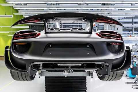 Toàn bộ gầm của 918 Spyder được bảo vệ bởi một tấm carbon lớn có giá 20.000 USD (445 triệu đồng). Cần lưu ý rằng giá bán của những phụ tùng nêu trên vẫn chưa tính thuế!