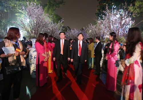 Ông Vương Đình Huệ đến dự sự kiện Giao lưu văn hóa Nhật Bản và tiếp nhận cây hoa anh đào tại Hà Nội